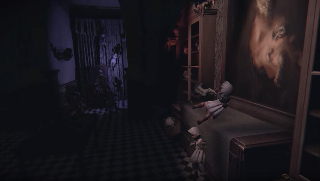 人形が置かれた真っ暗な部屋
