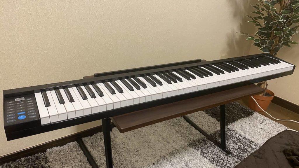 机の上に電子ピアノが乗っている