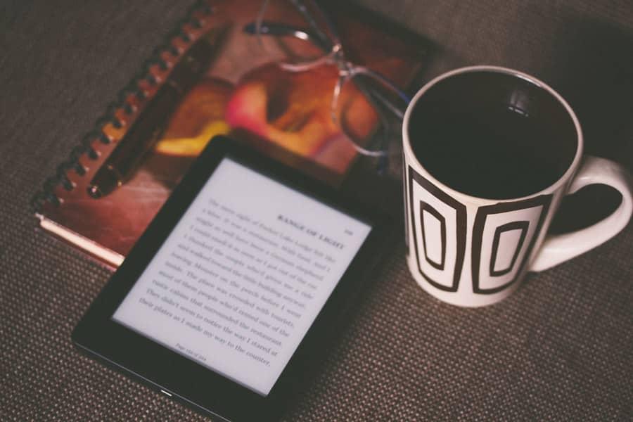Kindleと飲み物とメガネ