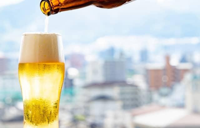 ビールをグラスに注いでいる