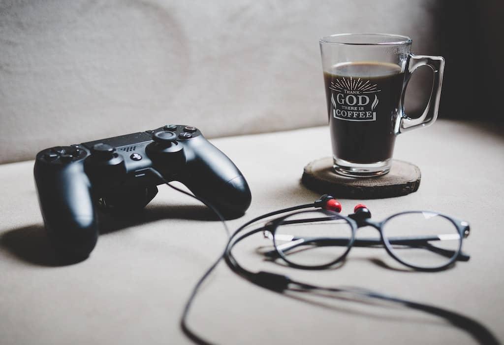 コントローラーとPCメガネとコーヒー