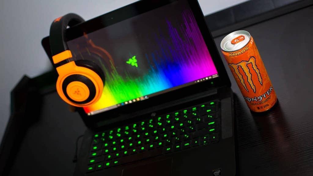 ノートパソコンとヘッドホンとエナジードリンク