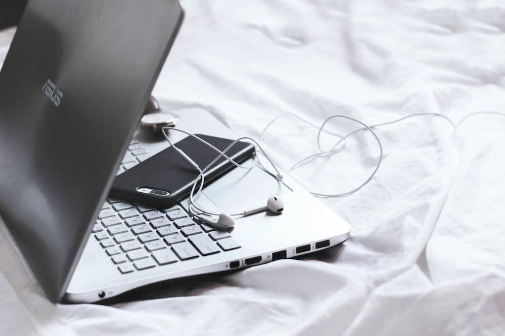 ノートパソコンとスマホとイヤホン