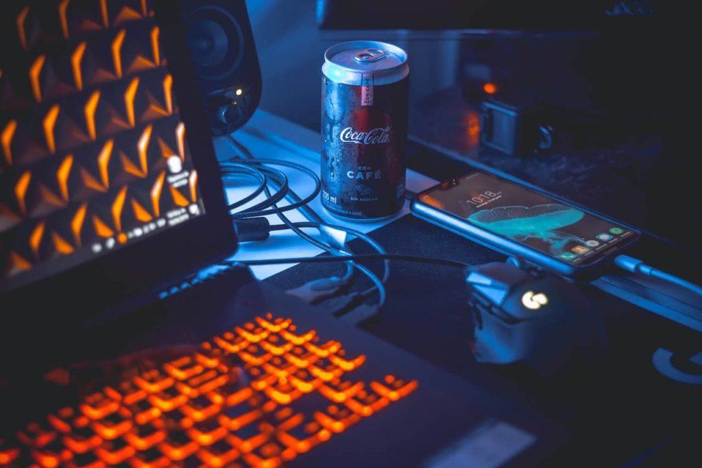 ノートパソコンとマウスとスマホとコーラ