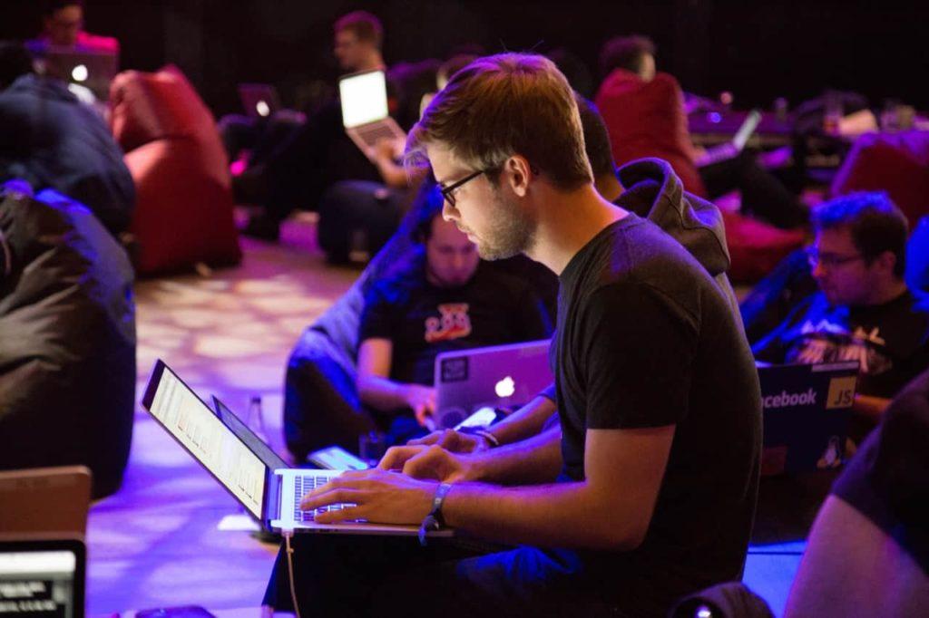 男性がノートパソコンをいじっている