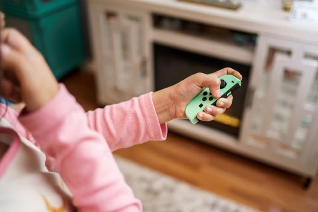 ニンテンドースイッチのゲームを遊ぶ女の子