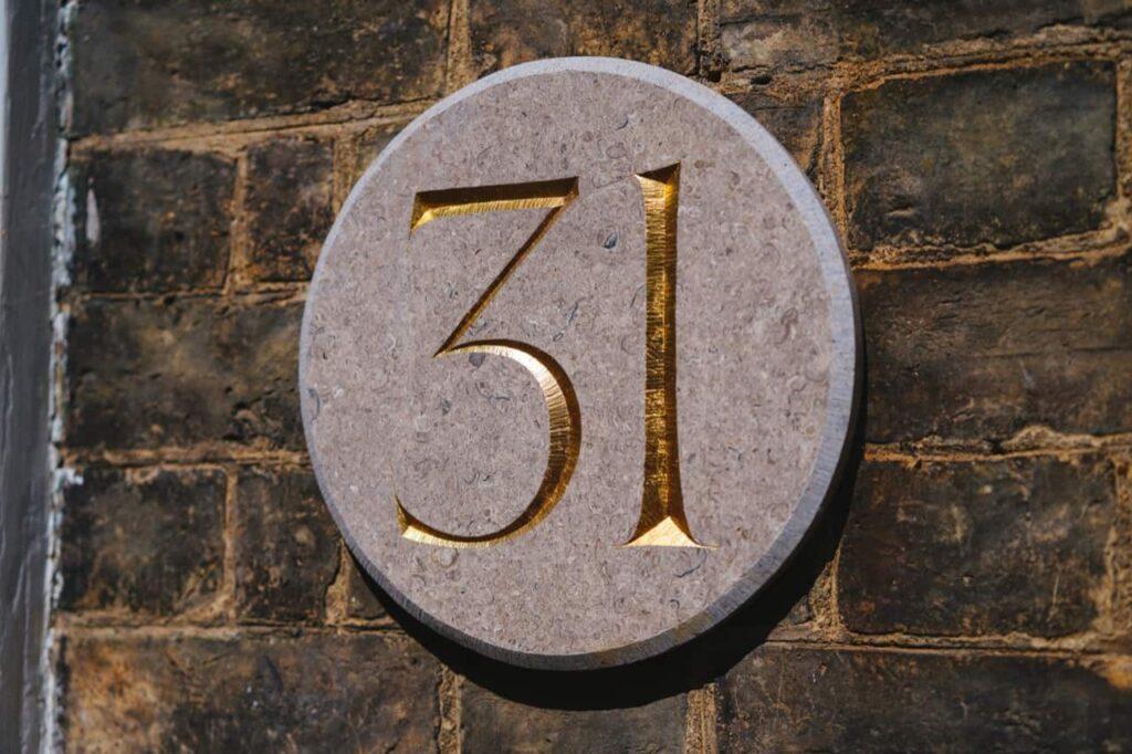 31と書かれた石版